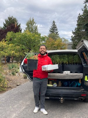 Zavier Borja from Vámonos Outside loads up milkweed for delivery! Photo: Land Trust.