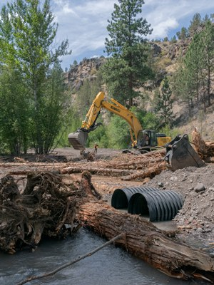 Construction crews work on the Whychus Creek restoration at Rimrock Ranch. Photo: Rick Dingus.